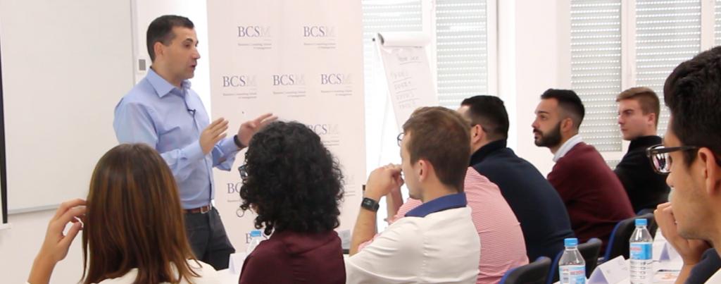 Roberto Canales impartiendo una charla