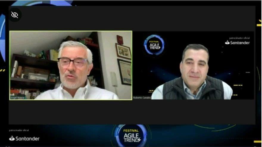 Roberto Canales y Angel Rivera charlando en la sesión de Agile Trends